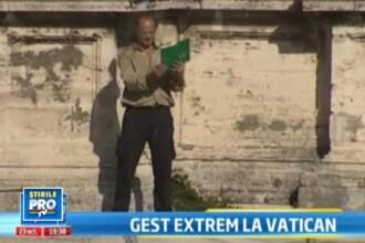 Gestul socant al unui roman: a incendiat o Biblie in fata Papei, la Vatican