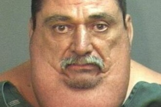 Un barbat care cantareste 193 de kilograme a fost arestat dupa ce a incercat sa rapeasca un copil