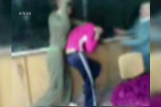 Femeia care a batut-o pe colega fiicei ei de 15 ani, eliberata din arestul politiei