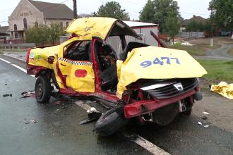 Grav accident langa Lugoj. Doua persoane au murit dupa ce masina lor a fost spublerata de un TIR