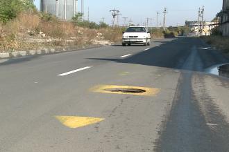 Metoda inedita de a semnaliza lipsa capacelor de canal pe o strada din Arad. Vezi galerie FOTO