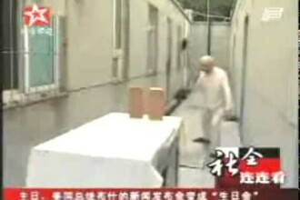 Un chinez sustine ca poate muta diferite obiecte cu ajutorul energiei Chi. VIDEO