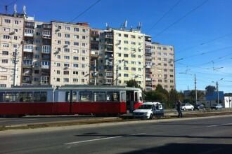 Accident in Piata Rogerius din Oradea. Un tramvai a lovit o masina care nu i-a acordat prioritate