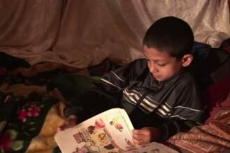 Si TU poti sa-l ajuti pe copilul de 8 ani care isi face temele descult intr-o farmacie din Craiova