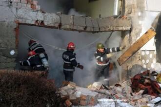 Doua fetite, fara casa, in prag de Sarbatori. O explozie le-a distrus apartamentul in care locuiau