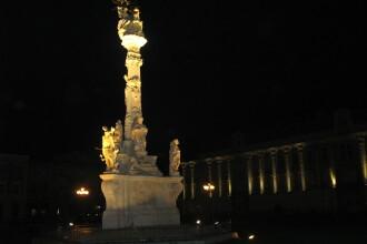 Monumentul Ciumei din Piata Unirii este iluminat artistic din aceasta seara. Vezi galerie foto