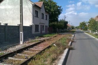 Ar vrea tramvai, dar prin fata caselor le trece trenul. Necazul unor familii de pe o strada din Arad