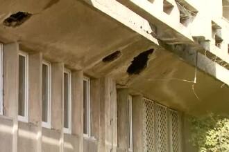 Cratere in zidurile din scoli si spitale. Autoritatile ignora de mult timp problema consolidarilor