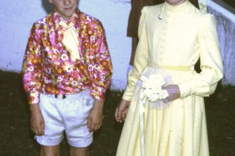 Cum a fost pus acest copil sa se imbrace la nunta: