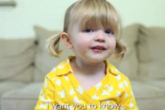 Mesajul unei fetite de 2 ani a emotionat sute de mii de oameni. Cum i-a urat