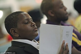 Gestul emotionant al unui baiat orfan. Ce i-a rugat pe enoriasi, in timpul unei slujbe