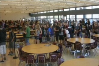 Doi elevi de liceu filmati in timp ce faceau sex in cantina scolii, in timpul mesei de pranz