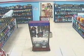 Imaginile surprinse de camerele de supraveghere ale unui magazin.