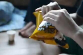 Cel mai neobisnuit mod de a deschide o punga de chipsuri