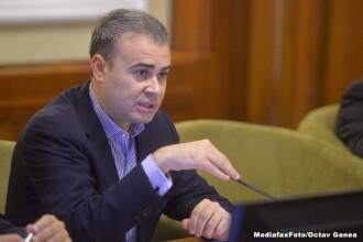 Darius Valcov, adus sub escorta la sediul DNA. Ministrul Finantelor este acuzat de trafic de influenta