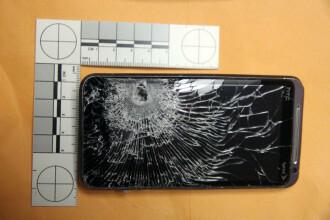 Smartphone-ul i-a salvat viata, dupa ce a oprit glontul tras de un hot