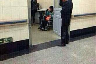Barbat cu un cutit infipt in cap pozat in timp ce se plimba calm pe holul spitalului. GALERIE FOTO