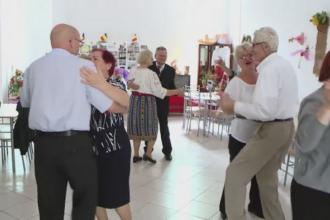 Pensionarii din Iasi s-au distrat ca in tinerete, de ziua lor. Cum s-au organizat pe Facebook pentru a alunga singuratatea