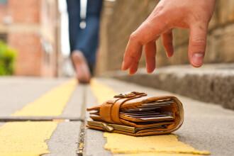 Portofel plin cu bani gasit de doua femei in centrul orasului Barlad. Ce au facut cand au vazut suma