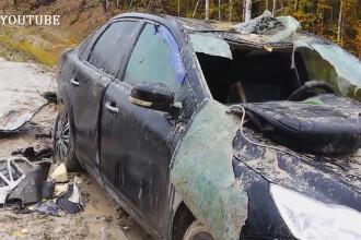 Razbunarea unui urs din Siberia: i-a distrus masina vanatorului care il impuscase in picior. VIDEO