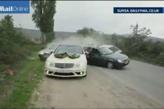 Cursa de masini la o nunta din Rusia incheiata cu un carambol. Toti nuntasii implicati in accident si mirii au fost raniti