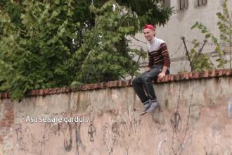 Metoda extrema pentru a-i tine pe elevi la ore in Lugoj. Gardul inconjurat de sarma ghimpata a fost uns si cu vaselina