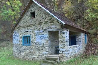 Un sat din Apuseni, celebru pentru frumusetea caselor de piatra. Locuintele traditionale rezista de peste 150 de ani