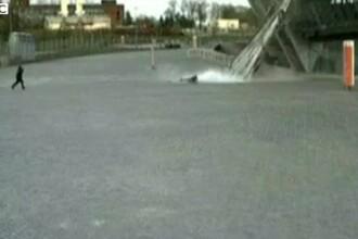 Explozii in Ucraina. Momentul in care o fetita scapa ca prin minune dupa ce un panou imens de sticla cade langa ea