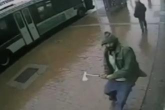 Un barbat a atacat patru politisti cu un TOPOR in New York. Agresorul a fost impuscat mortal