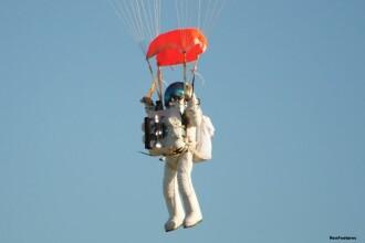Vicepresedintele Google a stabilit un nou record mondial. Barbatul a sarit cu parasuta de la 40 de km deasupra Pamantului