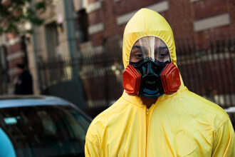 Desi mii de oameni au murit de Ebola, un barbat si-a injectat virusul mortal in organism. De ce a luat aceasta decizie