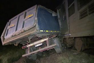 Basculanta lovita in plin de un tren de calatori, in Arad. Patru oameni au fost raniti grav dupa impact
