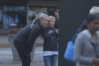 Farsa unui suedez cu posterul urias care prinde viata. Cum reactioneaza trecatorii. VIDEO