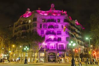 Sute de cladiri, iluminate in culoarea sperantei. Mesaj pentru femeile care isi pot salva viata cu o investigatie
