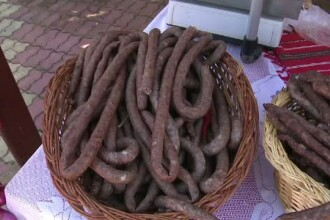 Sute de pofticiosi, la Festivalul carnatilor de Plescoi. Alex Dima le-a oferit celor prezenti un gulas de Masterchef