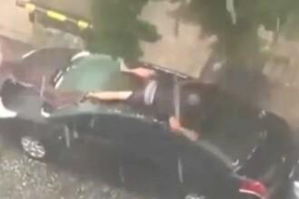Cum incearca acest rus sa isi apere masina de grindina, in timpul unei ploi torentiale. Clipul a ajuns viral