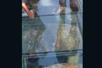 O pasarela de sticla din China s-a crapat chiar sub privirile ingrozite ale turistilor. Reactia autoritatilor chineze