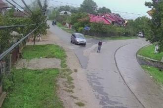 Angajata a Postei, accidentata in timp ce mergea pe bicicleta. Camerele au filmat momentul in care o tanara o loveste in plin
