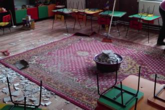 Tavanul unei scoli din Galati a inceput sa se prabuseasca. O profesoara a fost ranita si zeci de elevi sunt in pericol