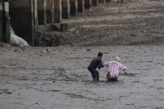 S-a sacrificat pentru a salva doi turisti, prinsi in namol. Ce se intampla cu pescarul dupa cateva minute