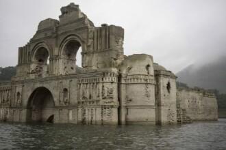 O biserica scufundata, veche de 400 de ani, a reaparut la suprafata apei, in Mexic.