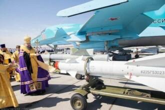 Scene incredibile in Rusia. Un preot, surprins in timp ce binecuvanta o racheta destinata raidurilor aeriene din Siria