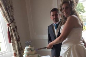 I-au cerut fiului lor sa faca o poza in timp ce taiau tortul de nunta. Surpriza de care au avut parte cand au vazut imaginea