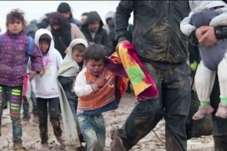 Drama migrantilor care isi incalzesc copiii la focuri de tabara, la granita Sloveniei. Autoritatile sunt depasite de situatie