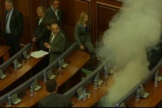 Proteste in parlamentul din Kosovo. Motivul pentru care reprezentantii opozitiei l-au bombardat cu oua pe primul ministru