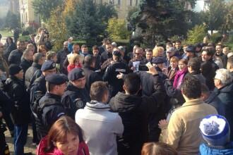 Aproximativ 50 de membri ai Partidului M10, in frunte cu Monica Macovei, au cerut demisia lui Oprea: