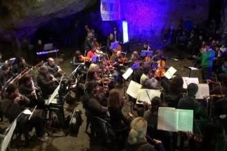 Atmosfera de poveste in Pestera Romanesti. Peste 4.000 de oameni au venit la traditionalul concert al Filarmonicii Banatului