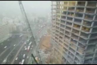 Momentul in care o macara de pe un santier din Tel Aviv se rupe in doua din cauza vantului puternic. VIDEO
