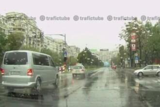 Si masinile Patriarhiei trec pe rosu, cu antemergator, prin traficul aglomerat al Capitalei.