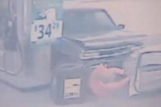 Grav accident intr-o benzinarie. O camioneta a lovit in plin o femeie care isi alimenta masina. VIDEO